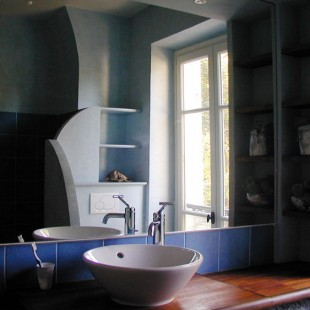 Le bleu et le carreau de plâtre à l'honneur pour la rénovation d'une salle de bains